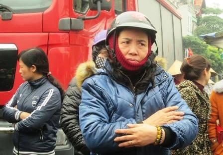 Một tiểu thương bán hàng mã mắt đỏ hoe nhìn ki ốt của mình cháy thành tro tàn. Vụ hỏa hoạn khiến bà bị thiệt hại hơn 100 triệu