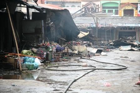 Một số nơi vẫn có khói bốc lên nên nước vẫn liên tục được bơm vào trong