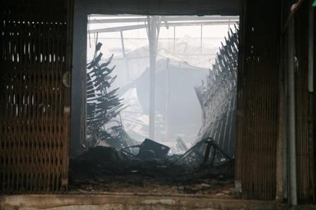 Đằng sau một ki ốt bị cháy là cảnh hoang tàn của chợ Phủ Lý thời điểm này
