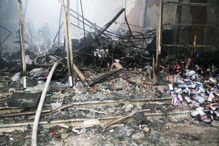 Theo thông tin ban đầu, có khoảng 300 ki ốt và gian hàng bị ảnh hưởng trong vụ hỏa hoạn.