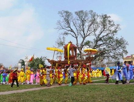 Rước kiệu tại lễ hội đền Trần Thái Bình năm 2014