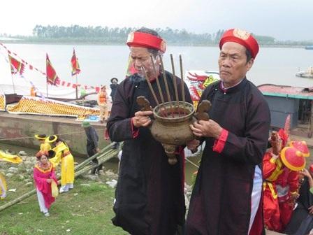 Một nghi thức trong lễ hội đền Trần Thái Bình năm 2014