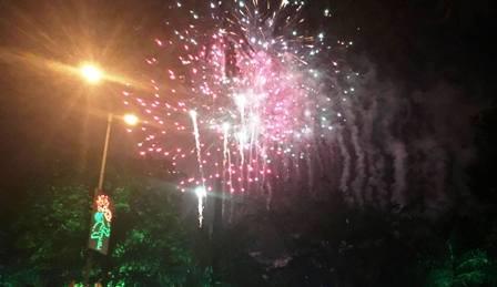Đúng 0h00 - thời khắc chuyển giao giữa năm cũ và năm mới, thành phố Phủ Lý bắn pháo hoa chào đón năm mới.