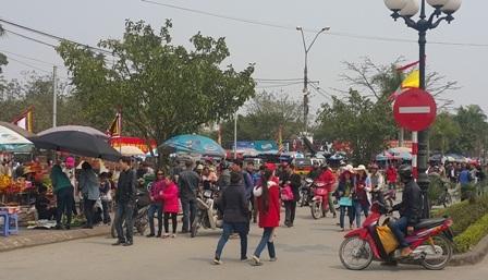 Lượng du khách đổ về đền Trần mỗi lúc một đông