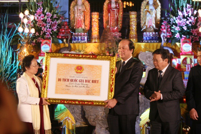 Phó chủ tịch nước Nguyễn Thị Doan trao bằng xếp hạng Di tích Quốc gia đặc biệt cho đền Trần Thương