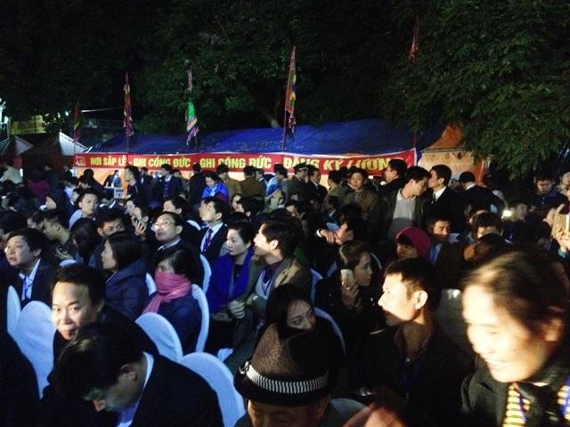 Hàng vạn người tham gia lễ hội phát lương đền Trần Thương
