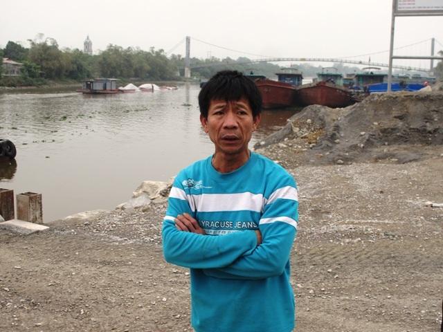 Ông Đinh Văn Tần, ở thôn Tân Lập bức xúc trước việc máng phao, máng rót trái phép mọc lên ở sông Đáy