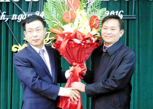 Ông Phạm Đình Nghị, Chủ tịch UBND tỉnh Nam Định tặng hoa chúc mừng ông Nguyễn Phùng Hoan