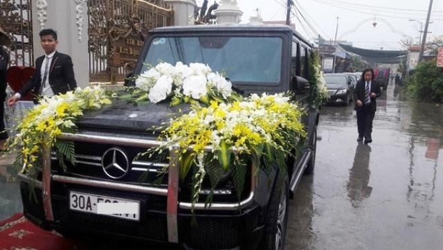 Chiếc xe đón dâu trong đám cưới khủng(nguồn Facebook)