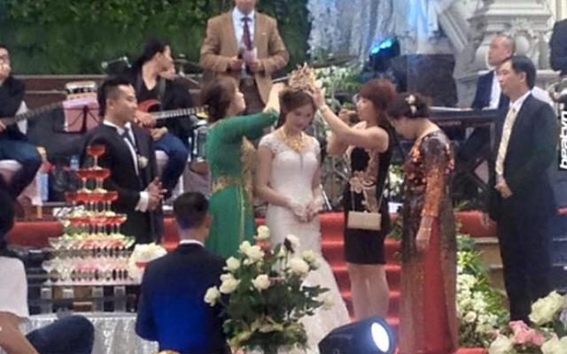 Cô dâu được gia đình nhà chồng tặng chiếc vương miện trị giá 100 cây vàng (nguồn Facebook)