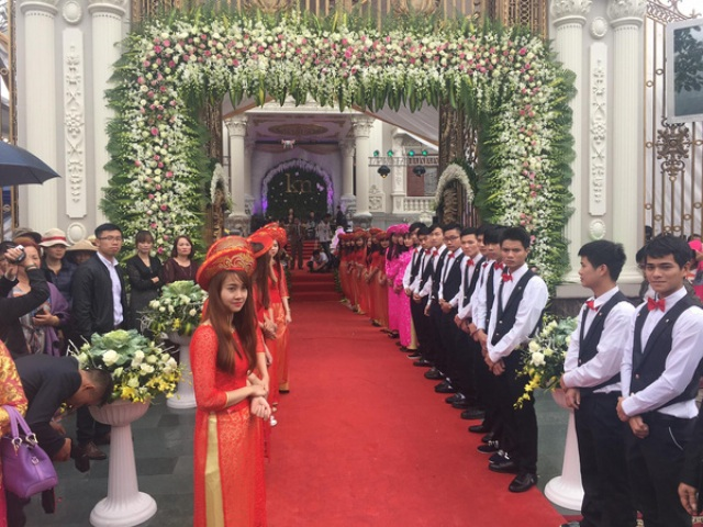 Lâu đài được trang trí hoa lộng lẫy và trải thảm đỏ (nguồn Facebook)