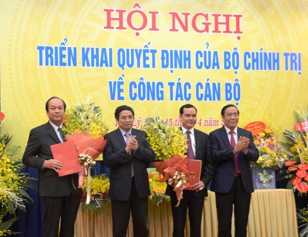 Đại diện Bộ Chính trị trao Quyết định và tặng hoa cho ông Mai Tiến Dũng và ông Nguyễn Đình Khang