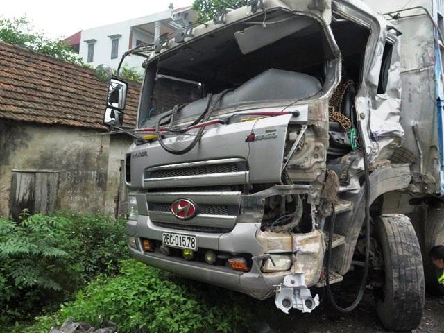 Chiếc xe tải bị hư hỏng nặng phần đầu