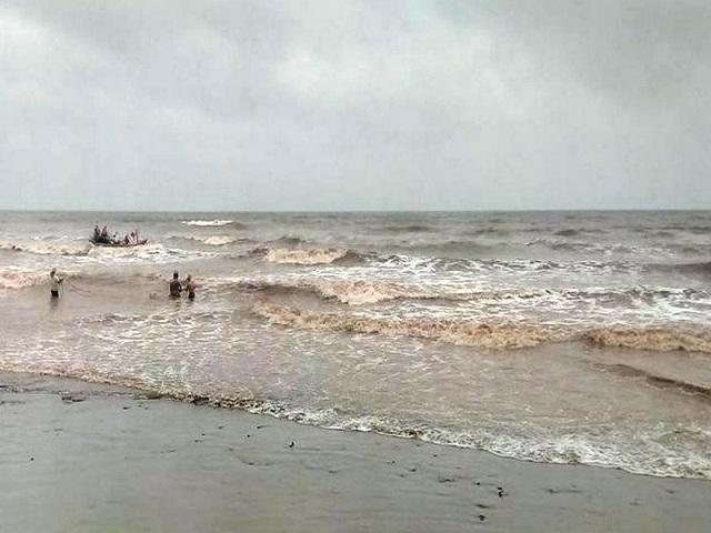 Công tác tìm kiếm, cứu nạn các học sinh mất tích gặp khá nhiều khó khăn khi sóng biển rất lớn