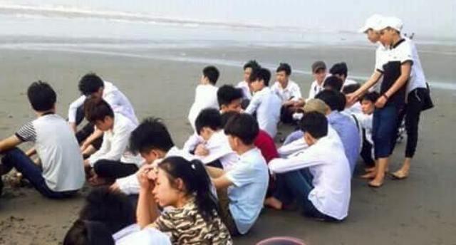 Các học sinh lặng mình cầu nguyện trên biển Hải Lý