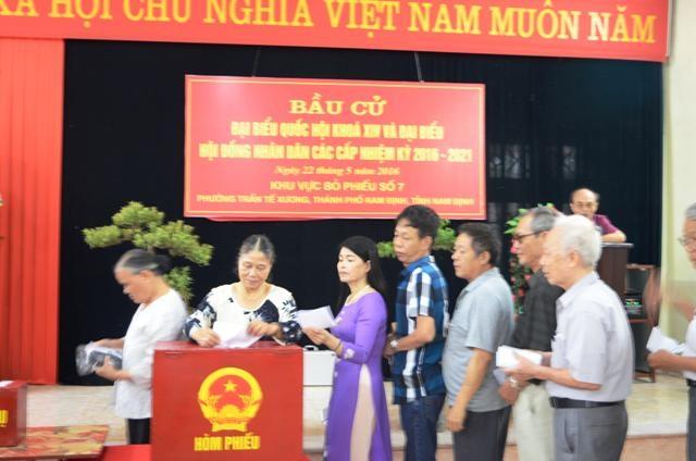 Các cử tri ở Nam Định trong ngày bầu cử 22/5