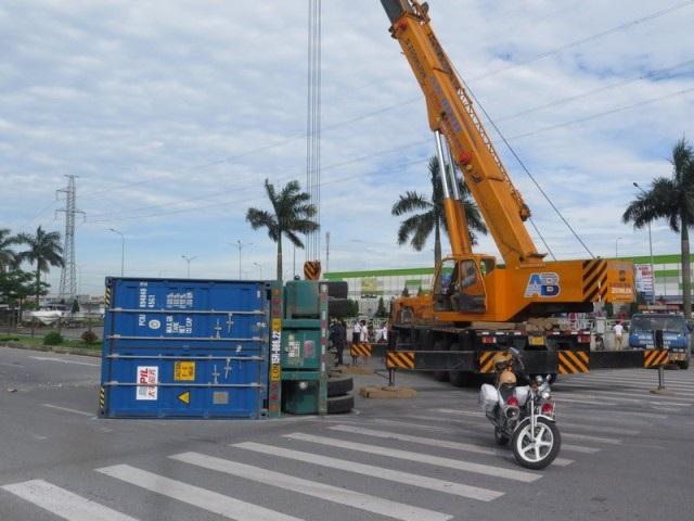 """Xe container lao vào dải phân cách, """"ăn vạ"""" trên quốc lộ - 3"""