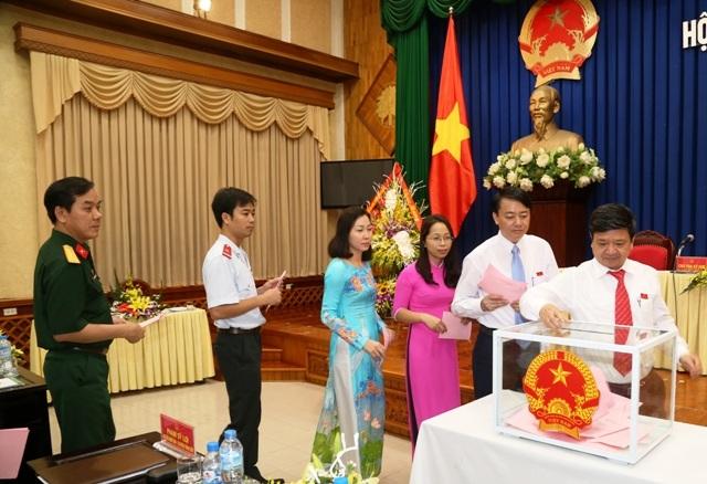 Các Đại biểu tham gia bỏ phiếu tại kỳ họp thứ nhất của Hội đồng nhân dân tỉnh Hà Nam