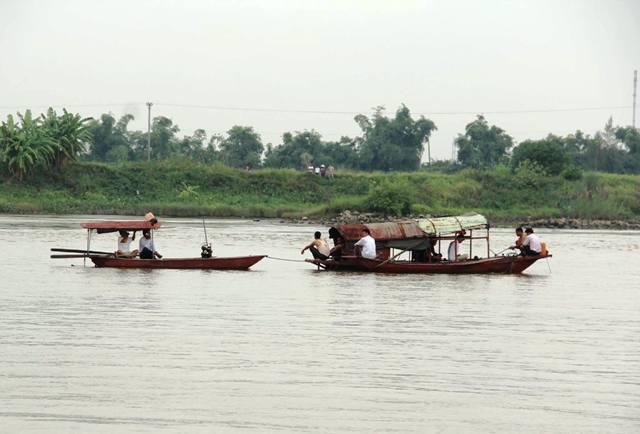 Cơ quan chức năng tích cực tìm kiếm cháu Duy, nạn nhân mất tích trong vụ chìm tàu trên sông Hồng