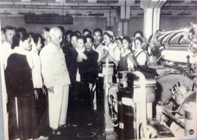Bác Hồ trong một lần đến thăm công nhân Nhà máy Dệt Nam Định (ảnh tư liệu)