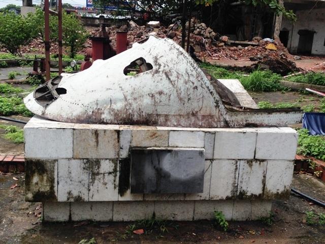 Một mảnh vỡ máy bay được trưng bày tại khuôn viên Nhà máy Dệt Nam Định.