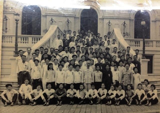 Bác Hồ chụp lưu niệm với cán bộ, công nhân Nhà máy Dệt Nam Định tại Khu Nhà truyền thống