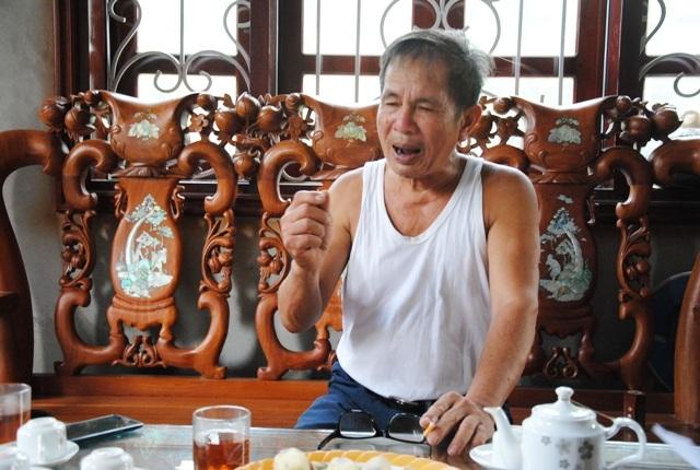 Ông Nguyễn Thế Viện, bức xúc trình bày sự việc với phóng viên