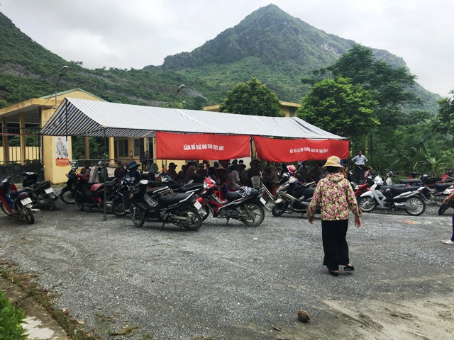 Quá bức xúc với tình trạng ô nhiễm nhiều ngày qua người dân đã tập trung dựng lều, bạt ngay tại công ty CP Môi trường Ba An tại Hà Nam.