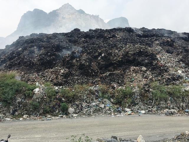 Bãi rác này cháy âm ỷ nhiều lần khiến mùi khét, hôi thối bốc lên nồng nặc thổi thẳng về phía dân cư