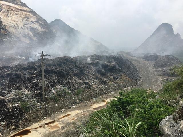 Dân dựng lều bạt phản đối vì ô nhiễm từ bãi rác lộ thiên - 3