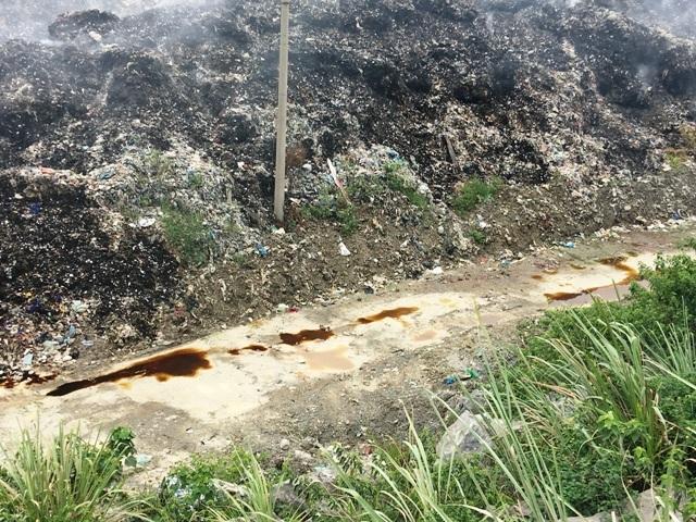Nước rỉ rác chảy về phía dân cư