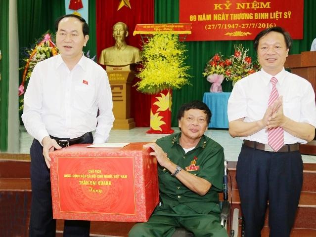 Chủ tịch nước Trần Đại Quang thăm và tặng quà cho thương binh ở trung tâm điều dưỡng thương binh Duy Tiên
