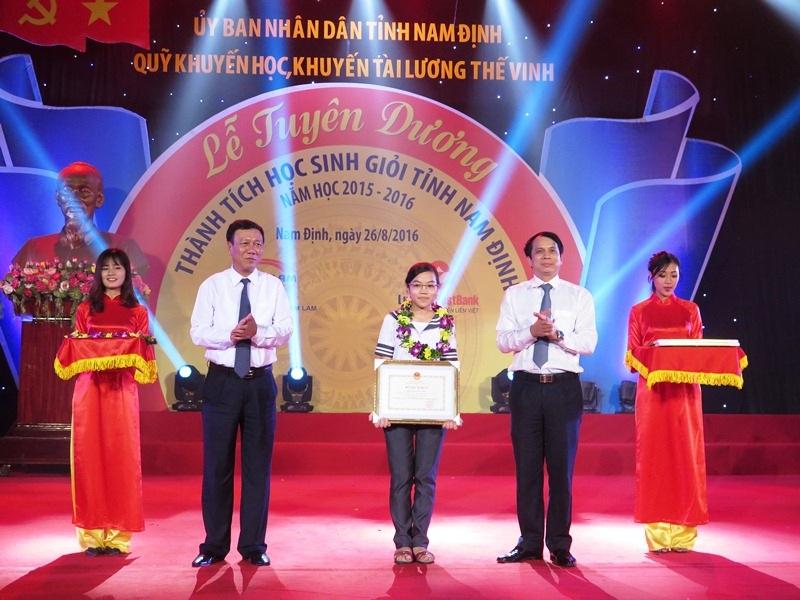 Trao thưởng cho em Đinh Thị Hương Thảo với thành tích 2 năm liền đạt huy chương Vàng Olympic Vật lý quốc tế, 1 huy chương Bạc châu Á.