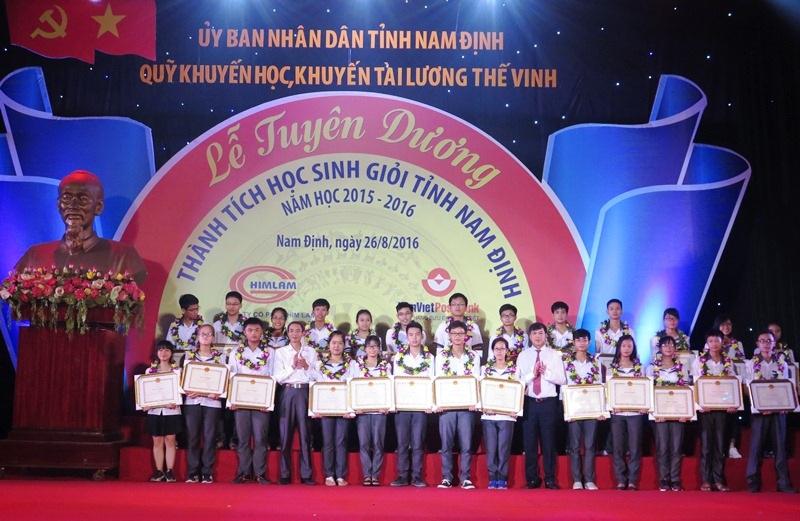 Trao thưởng cho các học sinh đạt giải quốc tế.