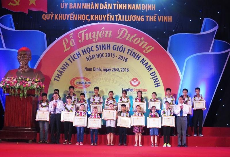 Trao giải cho học sinh đạt giải học sinh giỏi của tỉnh Nam Định.