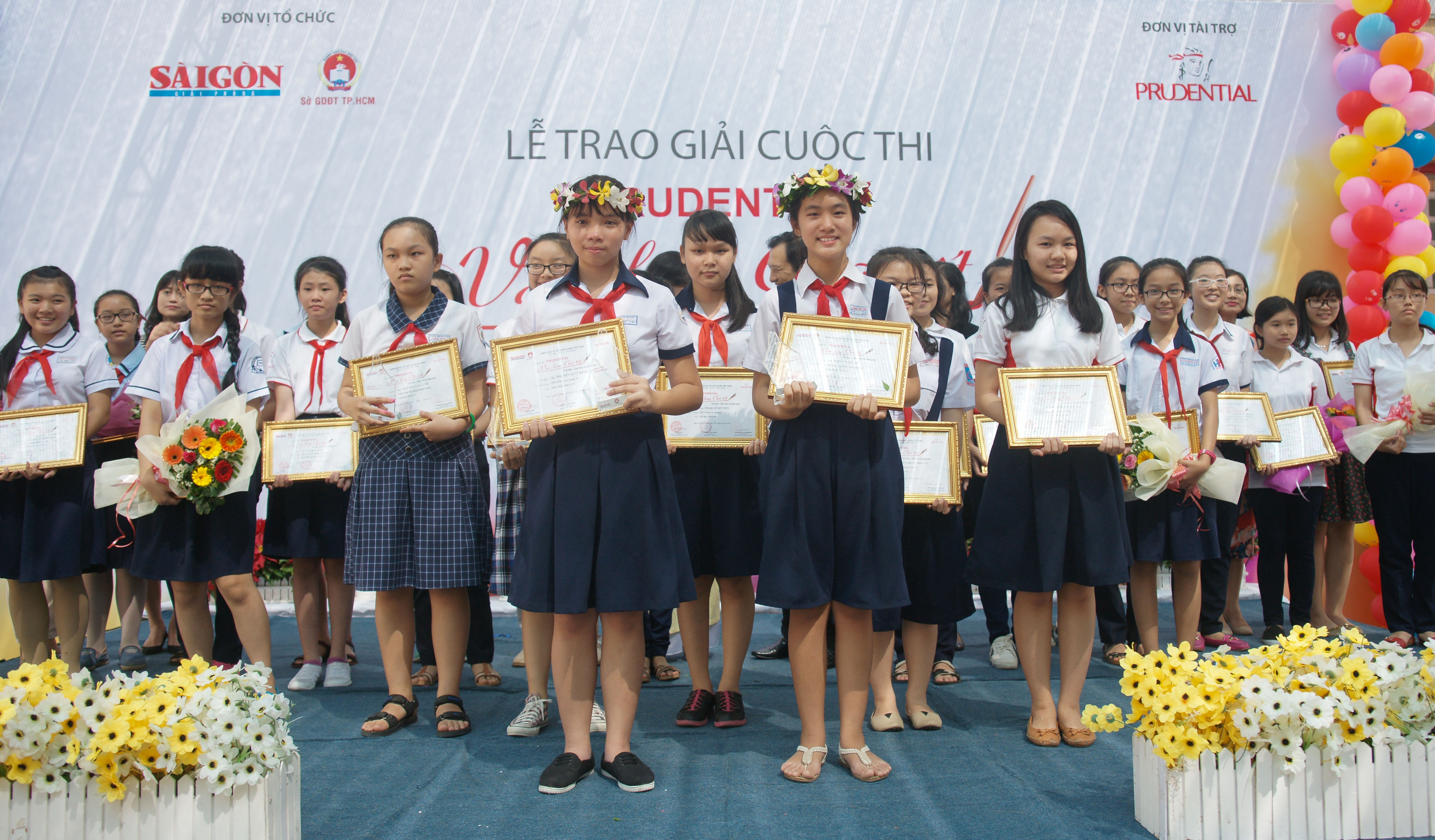 Các thí sinh đoạt giải cao của Cuộc thi Prudential Văn hay chữ tốt lần thứ 16.