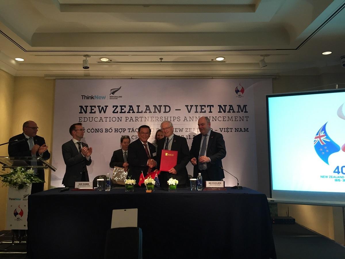 Hiệu trưởng hai trường ĐH của Việt Nam và New Zealand ký kết hợp tác với nhau