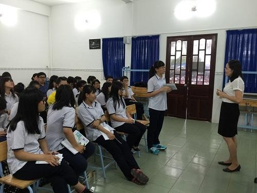 Học trò trường Bùi Thị Xuân học kỹ năng viết phóng sự với khách mời chuyên gia trong dự án Học Văn từ cuộc sống.