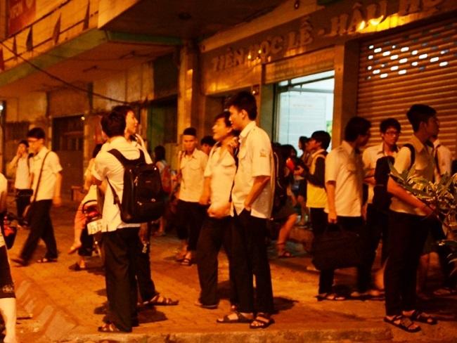 Học sinh tan trường khi phố đã lên đèn