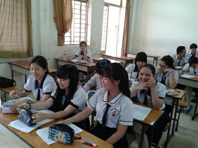Em Nguyễn Minh Phương và các bạn học trong lớp ở trường THPT Nguyễn Hữu Cảnh