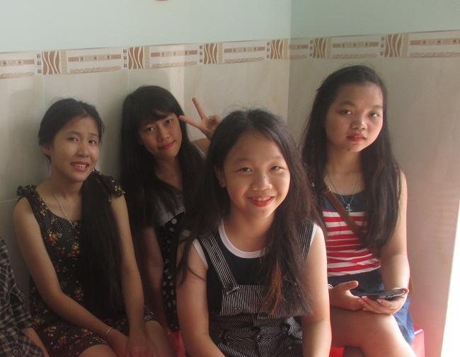 Nguyễn Minh Phương (bìa trái) và Nguyễn Hiếu Thảo (bìa phải) và các bạn trong mái ấm