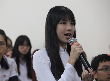 Phạm Tường Lan Thy phát biểu tại buổi đối thoại với lãnh đạo Sở GD-ĐT sáng nay 29/3