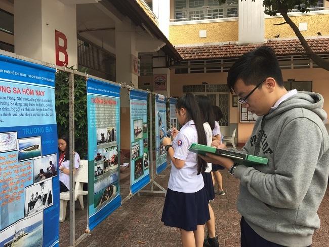 Sau khi đọc nội dung trên áp phích, các học sinh ghi lại cho bài thu hoạch