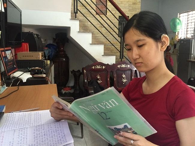 Bằng sự kiên trì của mình, Khả Ái đang cố gắng ôn tập để đạt kết quả tốt trong kỳ thi sắp tới