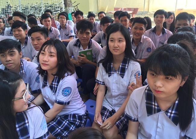 Trần Lê Khả Ái (giữa) và các bạn.