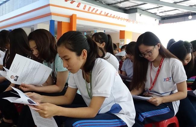 Cử tri trẻ là sinh viên trường ĐH Tôn Đức Thắng tìm hiểu thông tin các ứng viên