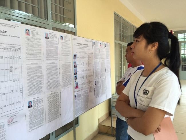 Sinh viên tại điểm bầu cử ở trường ĐH Giao thông vận tải CS2