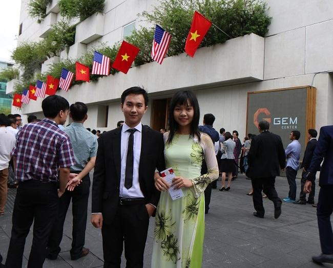 Phạm Hoàng Mẫn (bên trái) và Hồng Hạnh- một sinh viên của trường ĐH Tân Tạo, trước khi vào gặp và trò chuyện với Tổng thống Mỹ Obama ngày 25/5