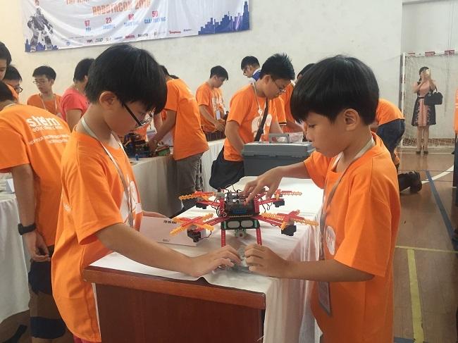 Học sinh lắp ráp robot.