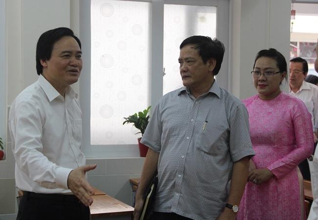 Bộ trưởng cho biết Bộ GD-ĐT đang tiến hành rà soát lại toàn bộ để tháo gỡ những khó khăn, áp lực cho giáo viên